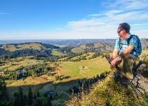 Großansicht Mann sitzt auf Felsen am  Berg