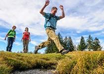 Großansicht Mann springt über Flussbett