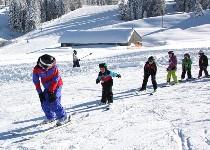 Großansicht Skischule macht Übungen