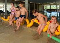 Großansicht Kinder im Wasserbecken