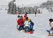 Großansicht Skischule mit Kleinkindern