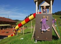 Großansicht Kinder spielen auf Spielgerüst