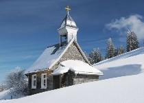 Großansicht Kapelle inmitten der Schneelandschaft