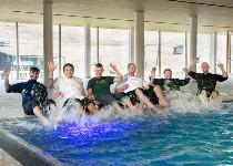 Großansicht Mitarbeiter am Pool