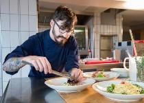 Großansicht Mitarbeiter in der Küche